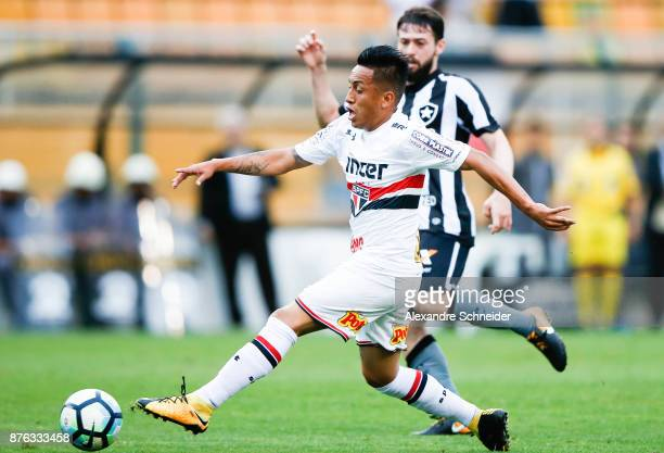 Cueva of Sao Paulo in action during the match against Botafogo for the Brasileirao Series A 2017 at Pacaembu Stadium on November 19 2017 in Sao Paulo...