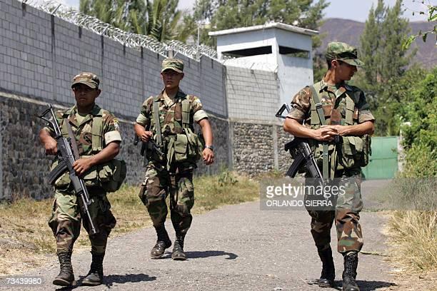 Soldados del Ejercito de Guatemala vigilan la carcel de maxima seguridad de El Boqueron en Cuilapa departamento de Santa el 27 de enero de 2007 En...