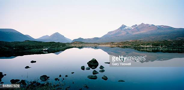 cuillin mountain range reflected in a loch - scotland photos et images de collection