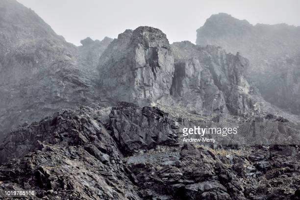 cuillin mountain ridge in mist, fog, cloud, isle of skye - fels stock-fotos und bilder
