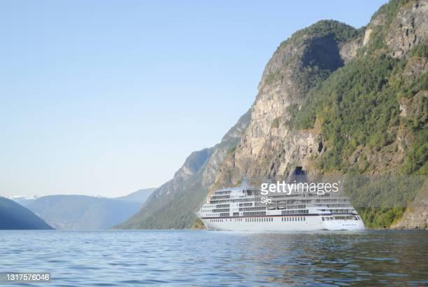 """cuirse schip ms europa in de aurlandsfjord in noorwegen tijdens een mooie zomerdag - """"sjoerd van der wal"""" or """"sjo""""nature stockfoto's en -beelden"""