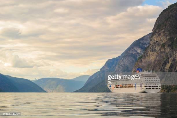 """cuirse schip in aurlandsfjord in noorwegen tijdens een mooie de zomerdag - """"sjoerd van der wal"""" or """"sjo""""nature stockfoto's en -beelden"""