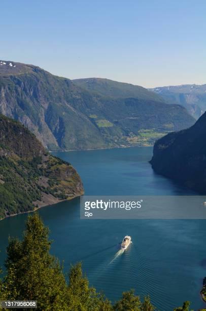 """het schip van cuirse in aurlandsfjord in noorwegen tijdens een mooie de zomerdag - """"sjoerd van der wal"""" or """"sjo""""nature stockfoto's en -beelden"""