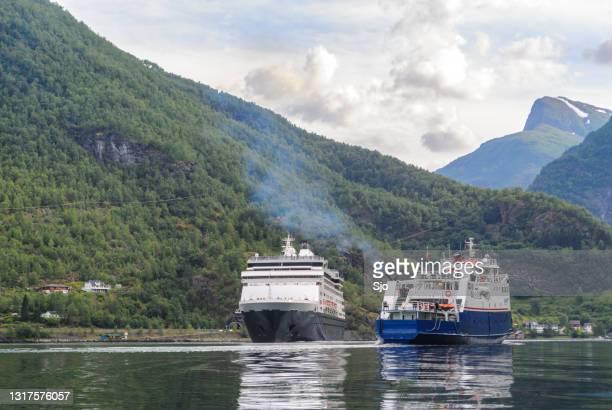 """cuirse schip ryndam en fjord1 veerboot in de aurlandsfjord in noorwegen tijdens een mooie de zomerdag - """"sjoerd van der wal"""" or """"sjo""""nature stockfoto's en -beelden"""