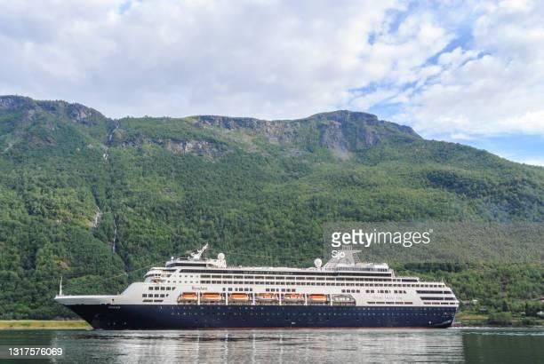 """cuirse schip ryndam van de holland america line in de aurlandsfjord in noorwegen tijdens een mooie zomerdag - """"sjoerd van der wal"""" or """"sjo""""nature stockfoto's en -beelden"""
