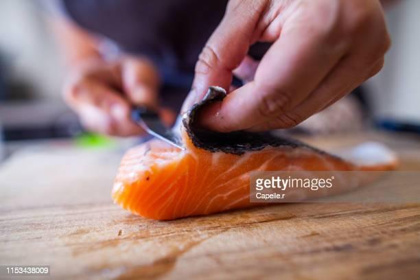 cuisine - découpe de poisson, saumon - cortando preparando comida imagens e fotografias de stock