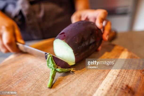 cuisine - découpe d'une aubergine - eggplant stock pictures, royalty-free photos & images