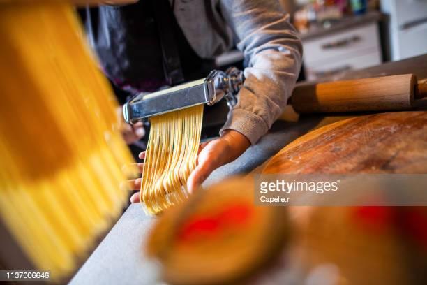 cuisine - fabrication artisanale de pates italienne - culture italienne imagens e fotografias de stock