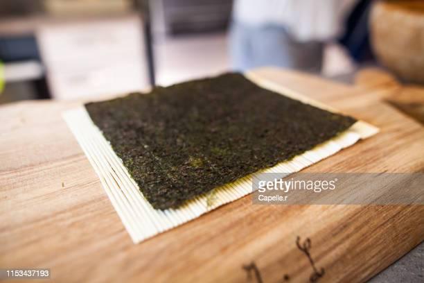 cuisine japonaise - feuille de nori - nori stock pictures, royalty-free photos & images
