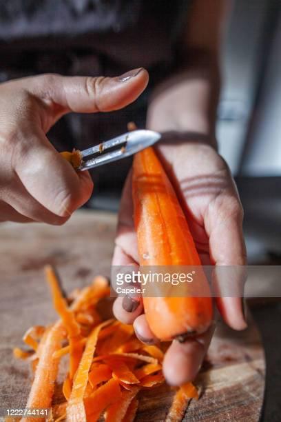 cuisine - épluchage et découpe de carrotes - 皮をむく ストックフォトと画像