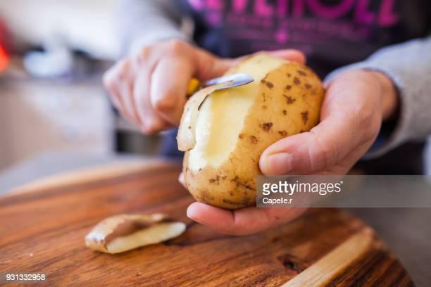 cuisine - éplucher des pommes de terre - dunschiller stockfoto's en -beelden