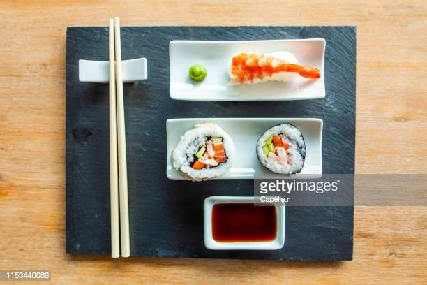 cuisine - repas japonais, sushi et makis - maki sushi stock pictures, royalty-free photos & images