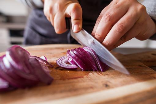 Cuisiner - découpe d'oignons rouges - gettyimageskorea