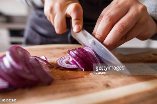 cuisiner - découpe d'oignons rouges - cutting stock pictures, royalty-free photos & images