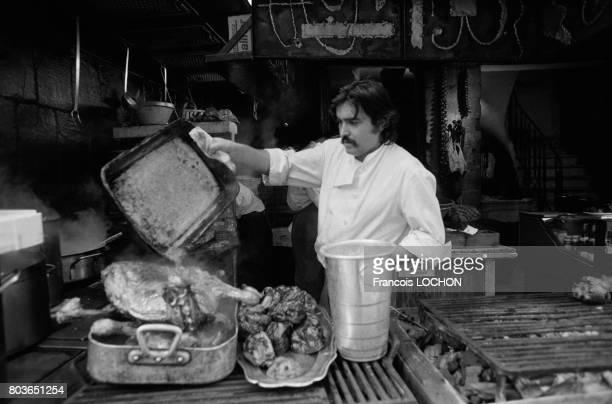 Cuisinier d'un restaurant rue de la Huchette à Paris en 1975 en France