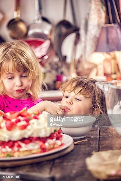 Berry Pavlova Hercule Kinder essen Kuchen mit Erdbeeren und Himbeeren