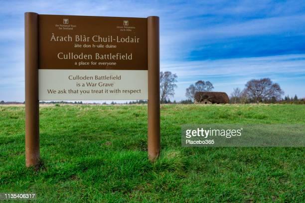 culloden battlefield entree teken in het gaelic en engels taal, inverness - godsdienstige gebouwen stockfoto's en -beelden