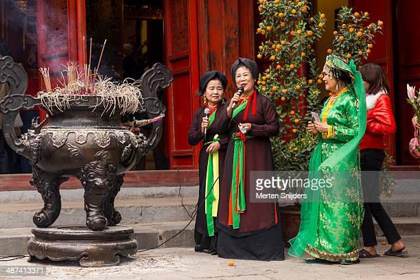 cultural performance at ngoc son temple - merten snijders imagens e fotografias de stock
