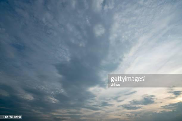 cumulonimbus clouds in the sky - cielo variabile foto e immagini stock