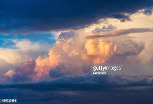 cumulus clouds on blue sky - nuvens fofas imagens e fotografias de stock