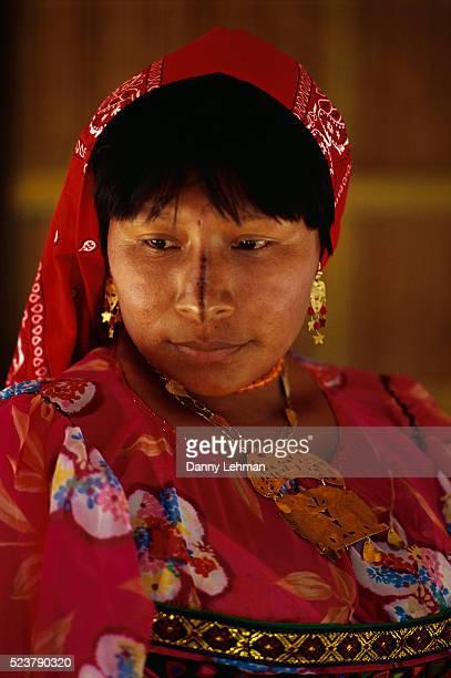 cuna woman wearing traditional dress - panama fotografías e imágenes de stock