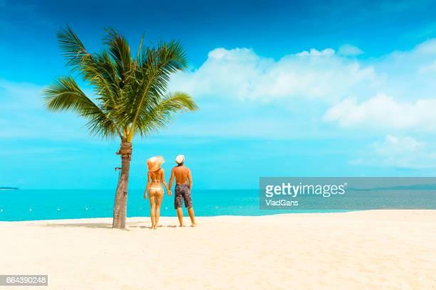 Cuople op tropisch strand