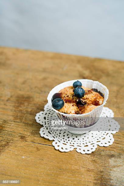 cup cake with blueberries and blueberry sirup - doily ストックフォトと画像