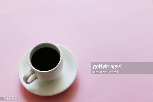 cup of coffee on pink background - platillo fotografías e imágenes de stock