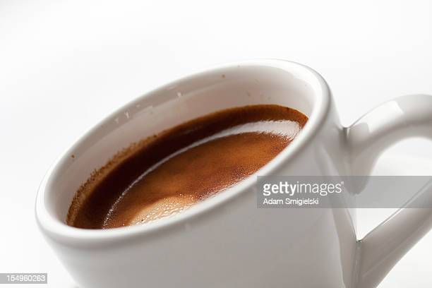 カップのエスプレッソショットにクレマやコーヒー豆