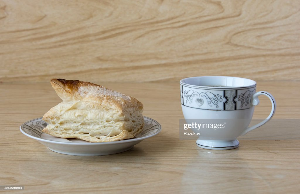 Cup of tea and a puff pastry : Bildbanksbilder