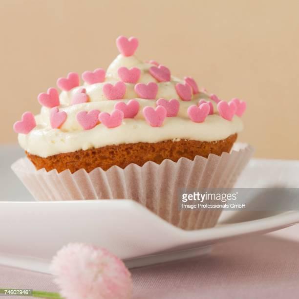 a cupcake for a wedding - barbara valentin stock-fotos und bilder