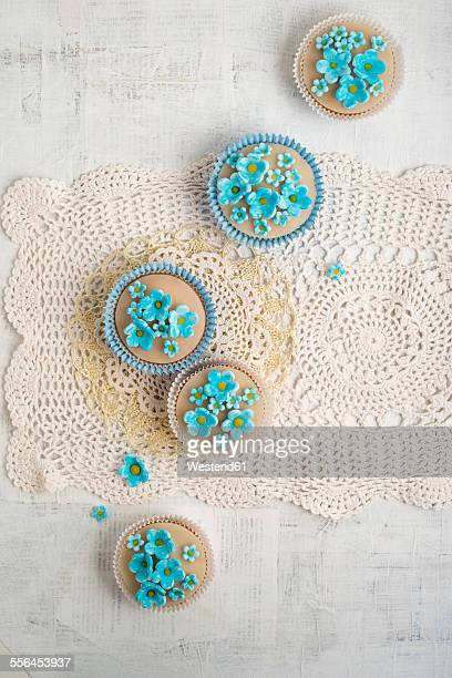 cupcakes with blue forget-me-not blossoms - doily ストックフォトと画像