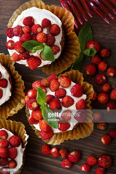 Cupcakes with wild strawberries and cream