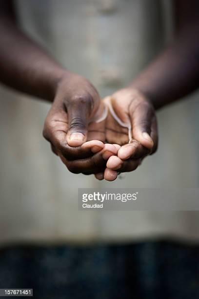 Em forma de concha mãos de menina com Água