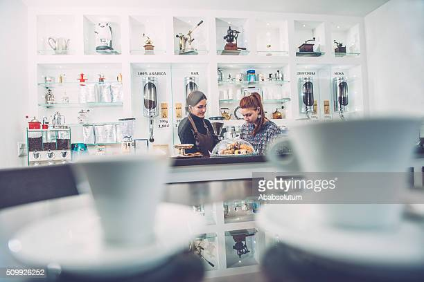 Tazas de café y dos Barista en Caffe Trieste, Europa