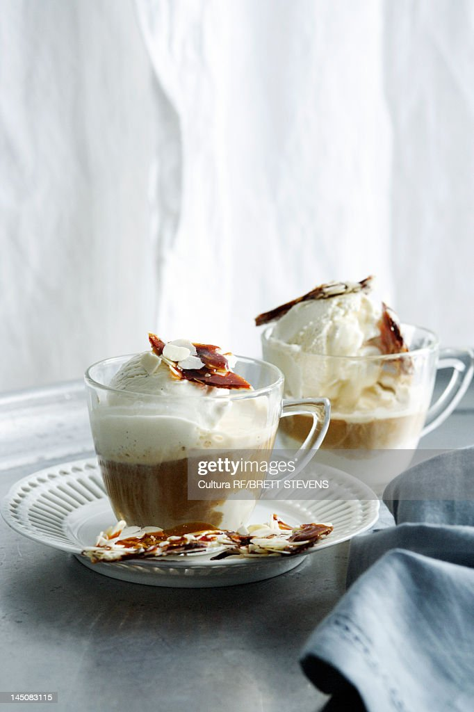 Cups of hot chocolate with nut brittle : Stockfoto