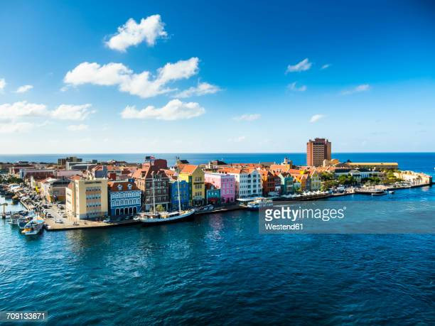 curacao, willemstad, punda, colorful houses at waterfront promenade - curaçao stockfoto's en -beelden