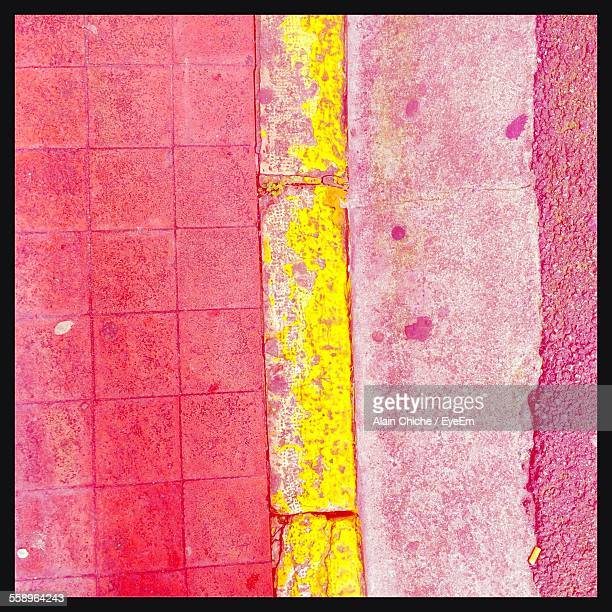 curb between road and sidewalk - between stock pictures, royalty-free photos & images
