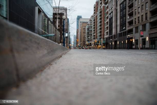 curb low angle view - empty city coronavirus stock pictures, royalty-free photos & images