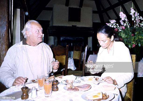 Curd Jürgens Ehefrau Margie Tochter Miriam Am Rande der Dreharbeiten zu Fernsehfilm Die Messe Mittagspause in einem Bistro Paris Frankreich Europa...