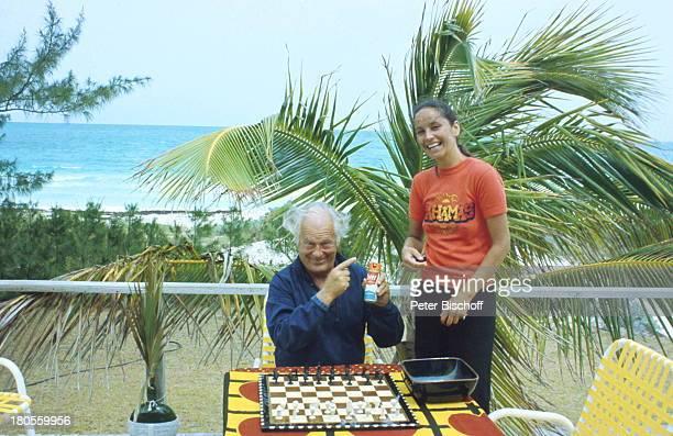 Curd Jürgens Margie Jürgens GreatHarbour Cay/ Bahamas/ KaribikSchachspiel Palme Meer Urlaub