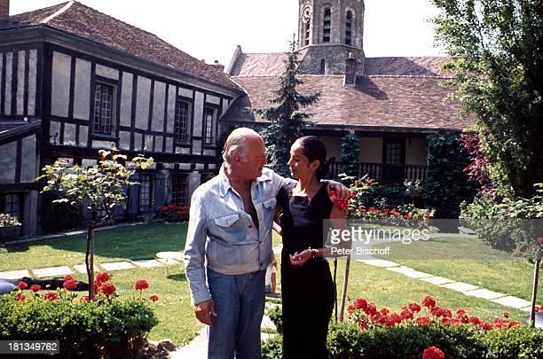 """Curd Jürgens mit Ehefrau Margie, am Rande der Dreharbeiten zu """"Die Messe"""", in Paris, Frankreich, Ehemann, Schauspieler, TP, ;"""