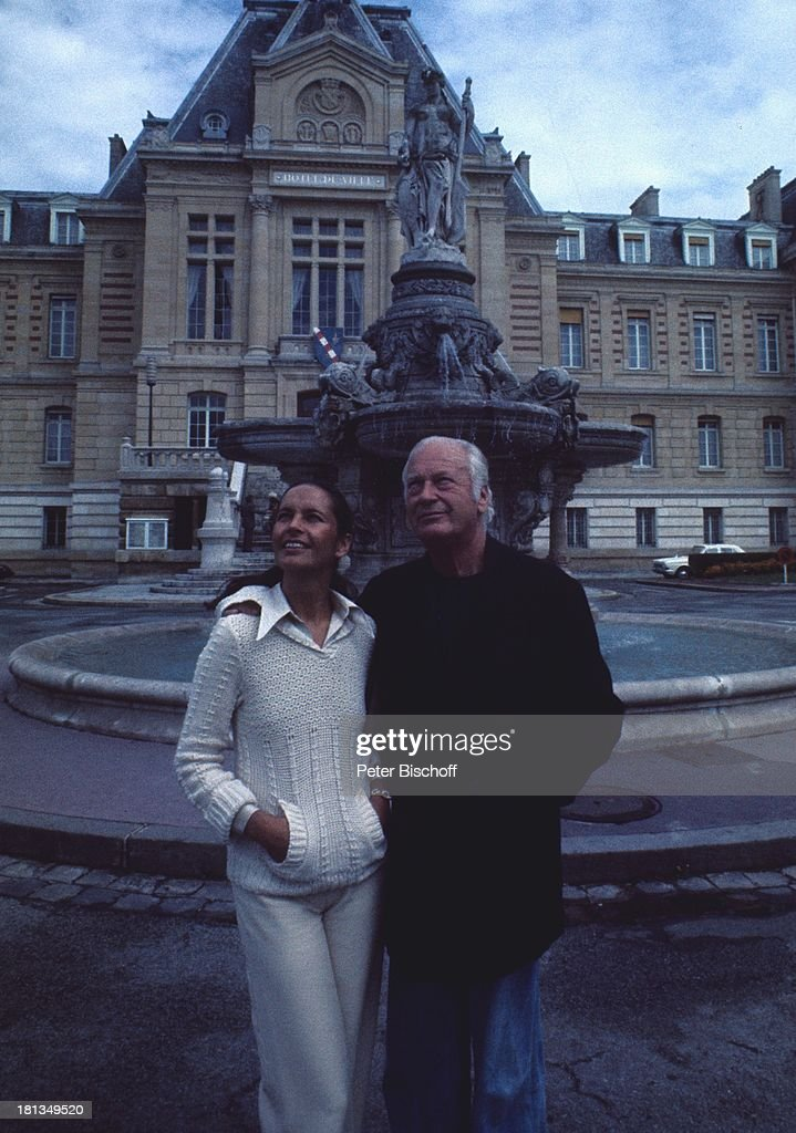 Curd Jürgens mit Ehefrau Margie, Stadtbummel in Evreux, Frankrei : News Photo