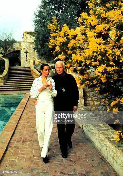 Curd Jürgens mit Ehefrau Margie Urlaub SüdFrankreich am Pool der Villa La vielle Bastide Schauspieler Promis Prominenter Prominente
