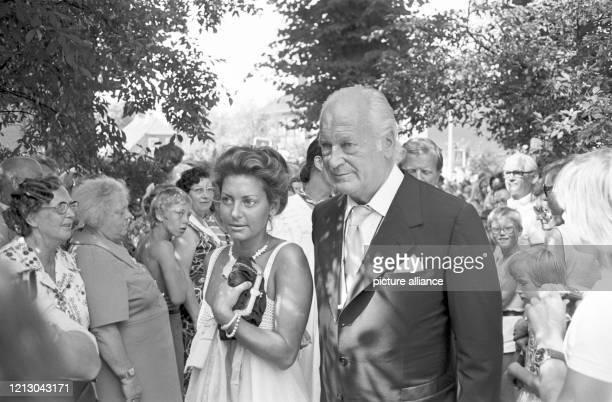 Curd Jürgens und Marlene Knaus anlässlich der Hochzeit des Herzspezialisten de Bakey am in Hamburg Foto Werner Baum dpa Report
