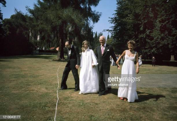 Curd Jürgens und Marlene Knaus anlässlich der Hochzeit des USHerzspezialisten Michael de Bakey mit Katrin Fehlhaber am in Hamburg Foto Rolf Kruse dpa...