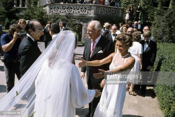 Curd Jürgens und Marlene Knaus begrüßen anlässlich der Hochzeit des Herzspezialisten Michael de Bakey am in Hamburg mit Katrin Fehlhaber das...