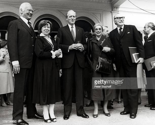 Curd Jürgens verstorben am 18 Juni 1982mit Brigitte Mira Professor Karl Carstens Berta Drews Martin Held Verleihung des Bundesverdienstkreuzes...