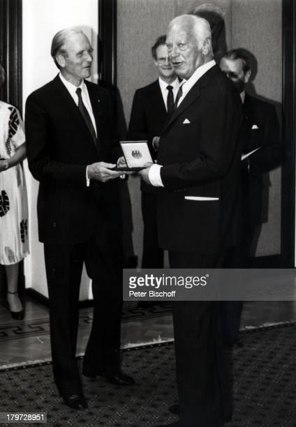 Curd Jürgens verstorben am 18 Juni 1982Professor Karl Carstens verlieh dasBundesverdienstkreuz 1 Klasse 1981