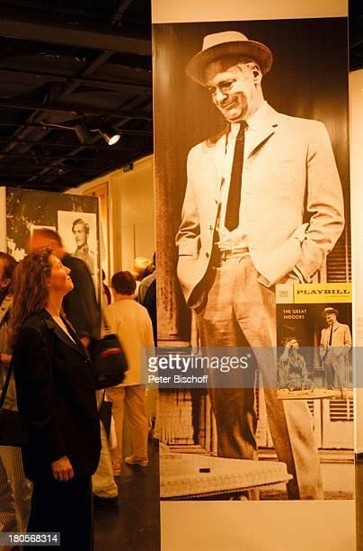 Curd JürgensAusstellung DeutschesFilmmuseum Frankfurt EröffnungFilmplakat The great indoors Besucherin